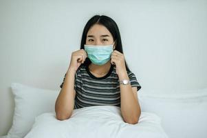 una mujer con una camisa a rayas y una máscara protectora foto