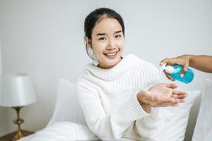 mujer joven con gel para lavarse las manos