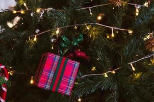 árbol de navidad con adornos rojos