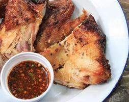 pollo a la parrilla en plato foto