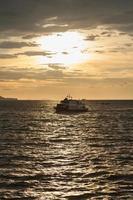 barco en el mar al atardecer foto