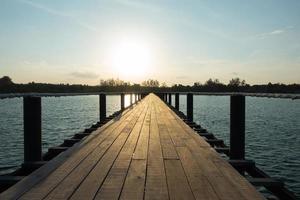 puente de madera junto al mar foto