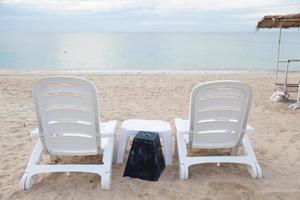 Tumbonas para tomar el sol en la playa en Tailandia
