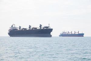 grandes buques de carga en el mar