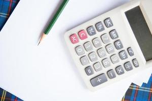 calculadora y lápiz en el escritorio foto