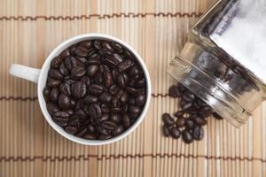 granos de café tostados en la mesa foto