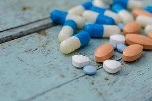 pastillas azules y naranjas foto