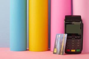 tarjeta de crédito con máquina de crédito foto