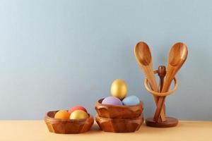 huevos de pascua en tazones foto