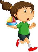 Una niña sosteniendo un personaje de dibujos animados de juguete de barco aislado sobre fondo blanco.