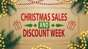 Venta de Navidad y semana de descuentos, banner de descuento beige vintage con guirnaldas y ramas de árboles de Navidad vector