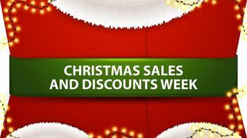 Ventas navideñas y semana de descuentos, banner de descuento rojo en forma de disfraz de santa claus con cinta verde vector