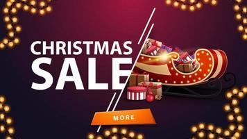venta de navidad, banner de descuento morado con guirnalda, botón y trineo de santa con regalos vector
