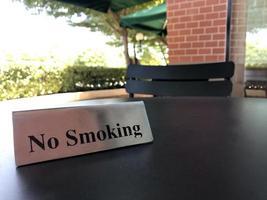 cartel de no fumar en una mesa