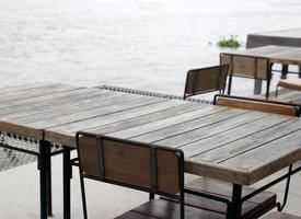 mesa y sillas al aire libre