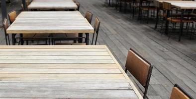 mesa y sillas vacías al aire libre