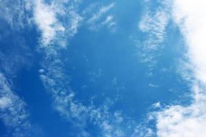 cielo azul y nubes foto