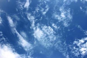 cielo azul profundo con nubes foto