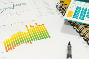 tabla y calculadora en un escritorio foto