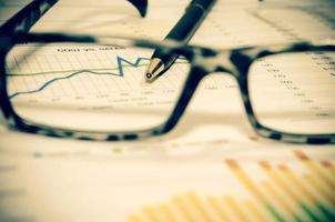 Encuadre gráfico de negocios a través de anteojos. foto