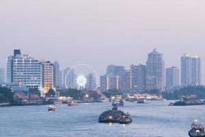 tráfico de barcos en el río en bangkok