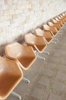 Sillas de plástico marrón en el área pública. foto
