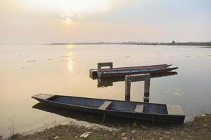pequeñas embarcaciones amarradas en el lago