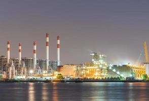 Planta de energía en Bangkok al atardecer foto