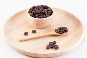 granos de café frescos en una cuchara y taza foto
