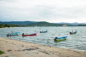 barcos de pesca cerca de la costa en tailandia foto