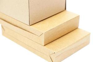 Cajas de papel marrón sobre un fondo blanco.