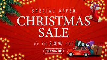 oferta especial, venta de navidad, hasta 50 de descuento, banner de descuento rojo con guirnalda, ramas de árbol de navidad, medias navideñas y coche rojo de época con árbol de navidad vector