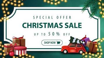 oferta especial, venta navideña, hasta 50 de descuento, banner de descuento verde con hoja de papel blanco en forma de boleto vintage, ramas de árboles de navidad, guirnaldas y un auto rojo de época con árbol de navidad