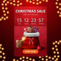 Venta navideña, banner de descuento vertical rojo con temporizador de cuenta regresiva hasta el final de los descuentos y bolsa de santa claus con regalos vector
