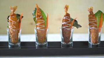 camarões fritos em copos de shot em um prato