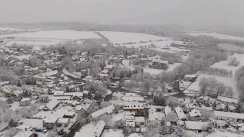 vista aérea de un pueblo nevado en 4k