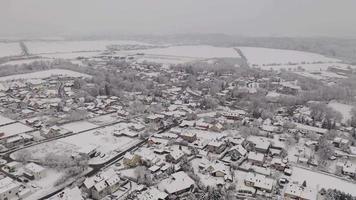 drone orbitando uma vila nevada em 4k