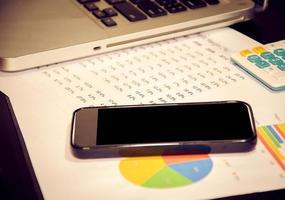 teléfono inteligente en un gráfico de negocios