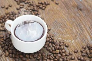 taza de cafe y granos de cafe foto