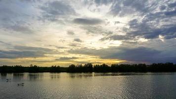 vor dem Sonnenuntergang über dem Teich video