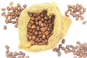 Vista superior de los granos de café en una bolsa.