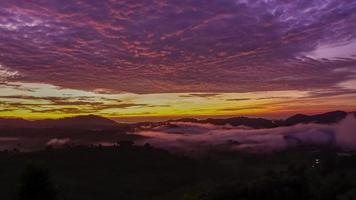 cielo dorato sopra la nebbia a khao kho, phetchabun, thailandia