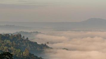 niebla de la mañana en el mirador de khao kho, chiang mai phetchabun