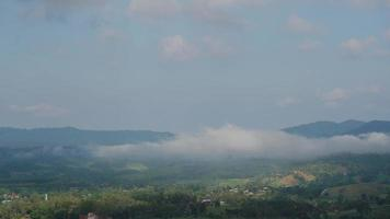 la nebbia a khao kho, phetchabun, thailandia