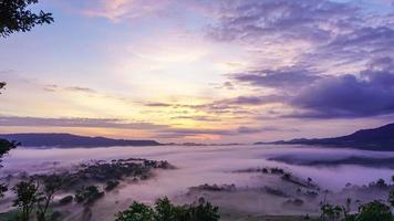 nascer do sol em takhian ngo, phetchabun, tailândia video