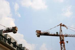 grúas en el sitio de construcción