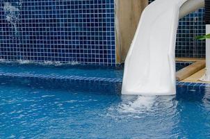 tobogán de agua blanca en la piscina