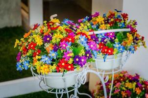macetas de flores de primavera de colores en blanco foto