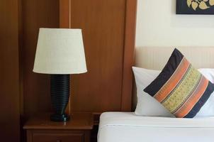 lámpara y almohada