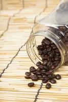 botella de granos de cafe foto